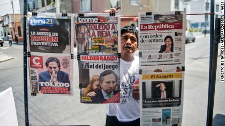TOPSHOT - Newspapers with the portrait of former Peruvian President (2001-2006) Alejandro Toledo on their front pages, are displayed for sale in Lima on February 10, 2017. Peruvian police launched a manhunt Friday for ex-president Alejandro Toledo, once hailed as an anti-corruption champion, after a judge ordered his arrest over accusations he took $20 million in bribes from Brazilian construction company Odebrecht. / AFP / ERNESTO BENAVIDES        (Photo credit should read ERNESTO BENAVIDES/AFP/Getty Images)
