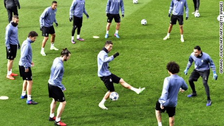TOPSHOT - Real Madrid's Portuguese forward Cristiano Ronaldo (C) and his teammates take part in a training session at Valdebebas training ground in Madrid on February 14, 2017, on the eve of the UEFA Champions League football match Real Madrid CF vs SSC Napoli. / AFP / GERARD JULIEN        (Photo credit should read GERARD JULIEN/AFP/Getty Images)