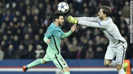 TOPSHOT - Barcelona's Argentinian forward Lionel Messi (L) vies with Paris Saint-Germain's German goalkeeper Kevin Trapp during the UEFA Champions League round of 16 first leg football match between Paris Saint-Germain and FC Barcelona on February 14, 2017 at the Parc des Princes stadium in Paris. / AFP / PHILIPPE LOPEZ        (Photo credit should read PHILIPPE LOPEZ/AFP/Getty Images)