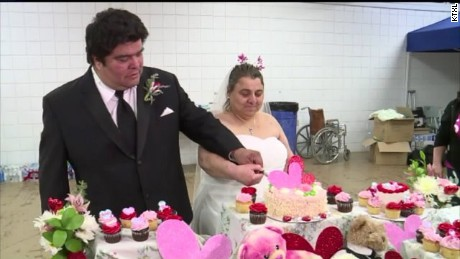 Couple doesn't let dam evacuation keep them from getting married.