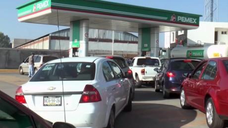 cnnee pkg rey rodriguez mexico baja precio de gasolina_00004229.jpg
