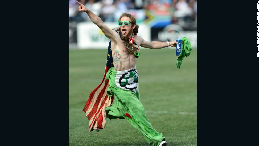 This fan also took center stage during a 2014 match between the US and Spain.