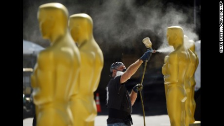 Scenic artist Rick Roberts of Local 800 paints Oscar statues for Sunday's 89th Academy Awards red carpet, near the Dolby Theatre on Wednesday, Feb. 22, 2017, in Los Angeles. (Photo by Chris Pizzello/Invision/AP)