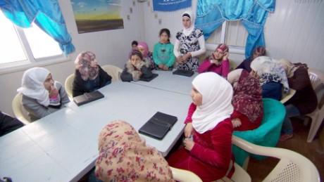 cnnee pkg amanpour campo refugiados zaatari jordania matrimonio ninas sirias_00014518.jpg