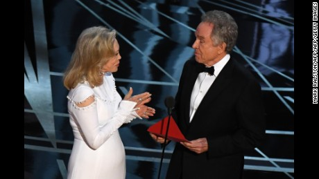 TOPSHOT - US actors Faye Dunaway (L) and Warren Beatty present on stage the Best Film award at the 89th Oscars on February 26, 2017 in Hollywood, California. / AFP / Mark RALSTON        (Photo credit should read MARK RALSTON/AFP/Getty Images)