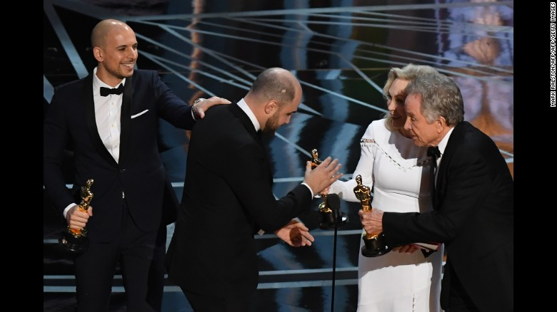"""La La Land"" producer Jordan Horowitz, center, accepts his award for best picture Faye Dunaway (second from right) and Warren Beatty next to producer Fred Berger."