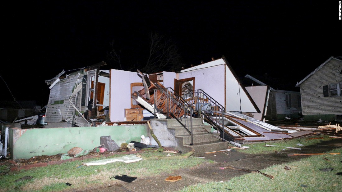 21 tornadoes rip through the Midwest; 2 people killed