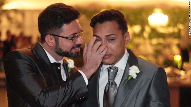 Lins Mayor Edgar de Souza, left, and his husband, businessman Alexsandro Luciano Trindade.