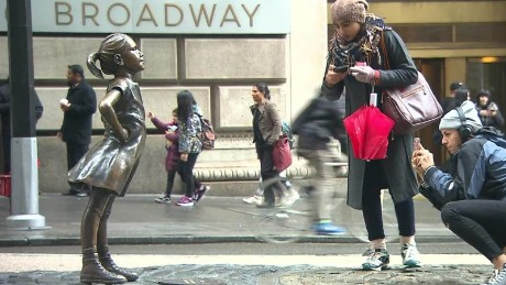 fearless girl wall street statue _00000411