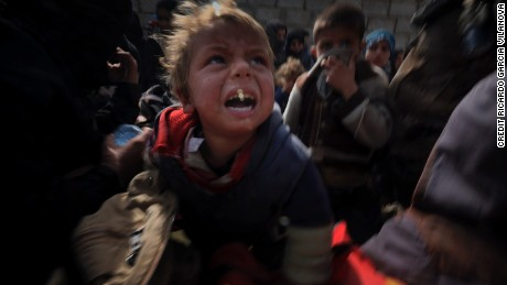Children who fled the village of Qaryat Tall ar Rayyan at the gates of Mosul.