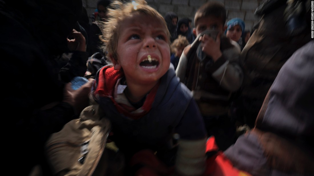 Children who fled the village of Qaryat Tall ar Rayyan arrive at the gates of Mosul.