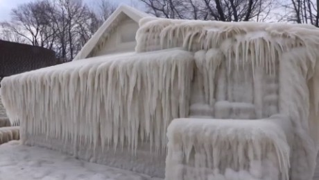 Freezing weather covers house in snow_00000000