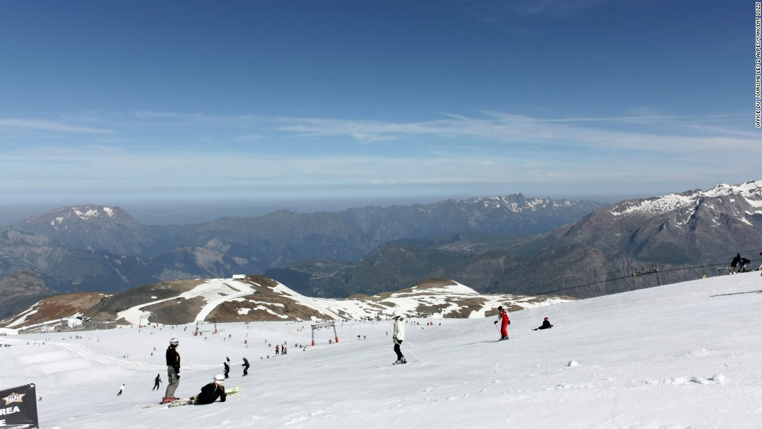 High above Les 2 Alpes lies an extensive summer skiing area on the flanks of the mighty La Meije with lifts up to 3,600 meters.