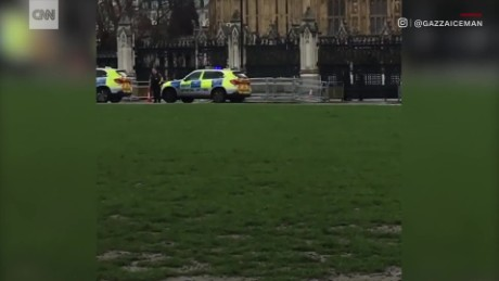 Police vehicles sound the alarm in front of Parliament ORIG MOBILE_00000616