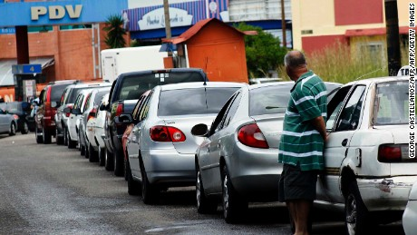 "Venezuelans line up to fill their tanks at ""international price"" in a petrol station in San Cristobal, Tachira state, Venezuela, on November 16, 2017. The Venezuelan government applied ""alternate"" solutions in Tachira selling petrol at the ""international price"" to avoid the contraband of subsidized fuel to Colombia, where a litre of petrol costs almost 50 cents of US dollar.     / AFP / GEORGE CASTELLANOS        (Photo credit should read GEORGE CASTELLANOS/AFP/Getty Images)"