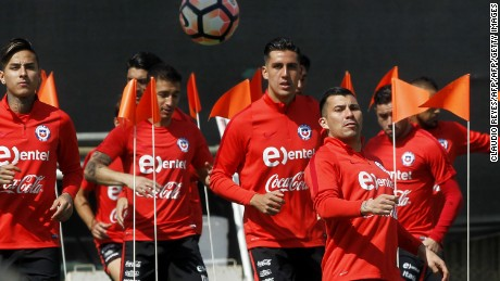 Chile's players take part in a training session in Santiago, Chile, on March 26, 2017, on the eve of their FIFA World Cup Russia 2018 South American qualifier match against Venezuela. / AFP PHOTO / CLAUDIO REYES        (Photo credit should read CLAUDIO REYES/AFP/Getty Images)