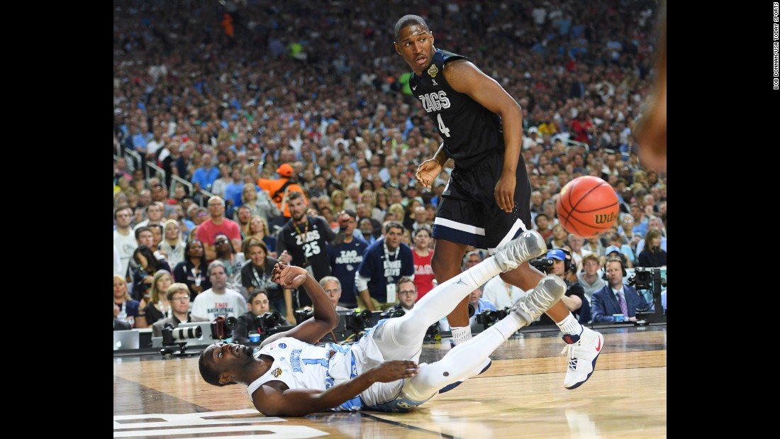 Pinson saves the ball from going out of bounds as Gonzaga's Jordan Mathews looks on in the second half.