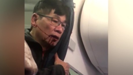 cnnee pkg yilber united airlines fiasco video viral david dao pasajero arrastrado_00005907.jpg