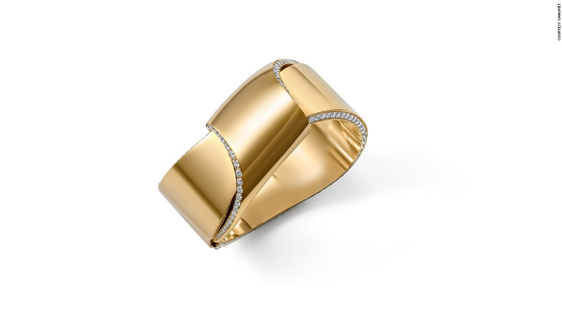 The show also features Chaumet's more recent creations, such as this 2016 Escapade de Chaumet gold and diamond cuff that recalls a rolled-up ribbon.