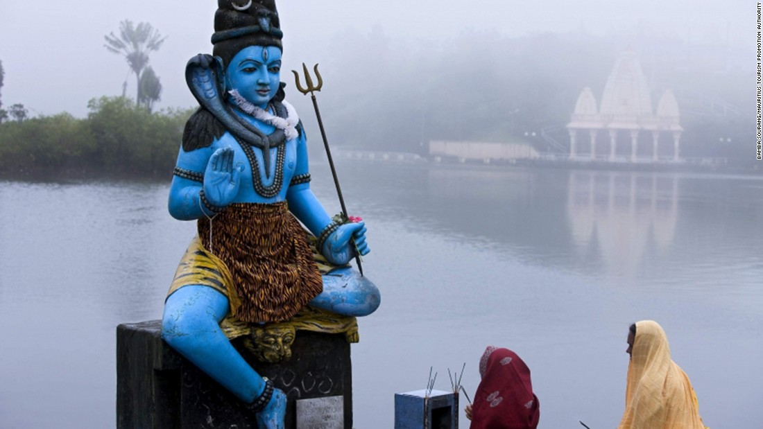 <strong>Ganga Talao: </strong>Little temples are built along the lakeside including a shrine to Lord Shiva. During the Shivratri festival, more than half of the island's population will make way to the lake to celebrate.