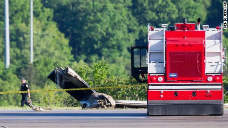 2 killed when cargo plane goes off runway in West Virginia