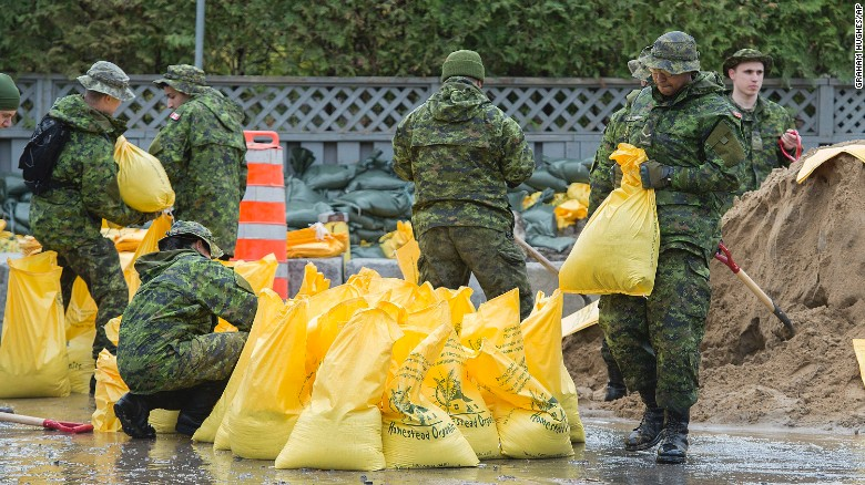 Canadian troops fill sandbags in the Montreal borough of Pierrefonds, Sunday.