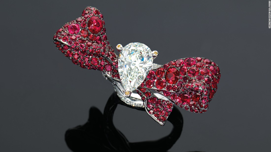 This ring by Cindy Chao features a 3.03 ct pear-shaped diamond set among a flowing red ruby ribbon, mounted in gold.