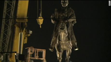 Workers removing the statue of Confederate Gen. Pierre Gustave Toutant Beauregard on Tuesday