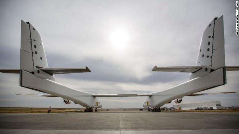 El avión más grande del mundo sale de su nido secreto
