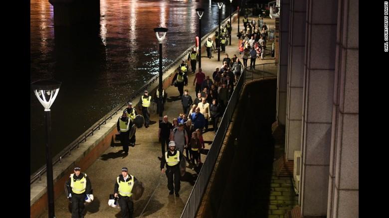 La gente es conducida a la seguridad lejos del puente de Londres.