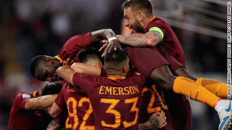 ROME, ITALY - MAY 14:  Radja Nainggolan with his teammates of AS Roma celebrates after scoring the team's third goal during the Serie A match between AS Roma and Juventus FC at Stadio Olimpico on May 14, 2017 in Rome, Italy.  (Photo by Paolo Bruno/Getty Images )