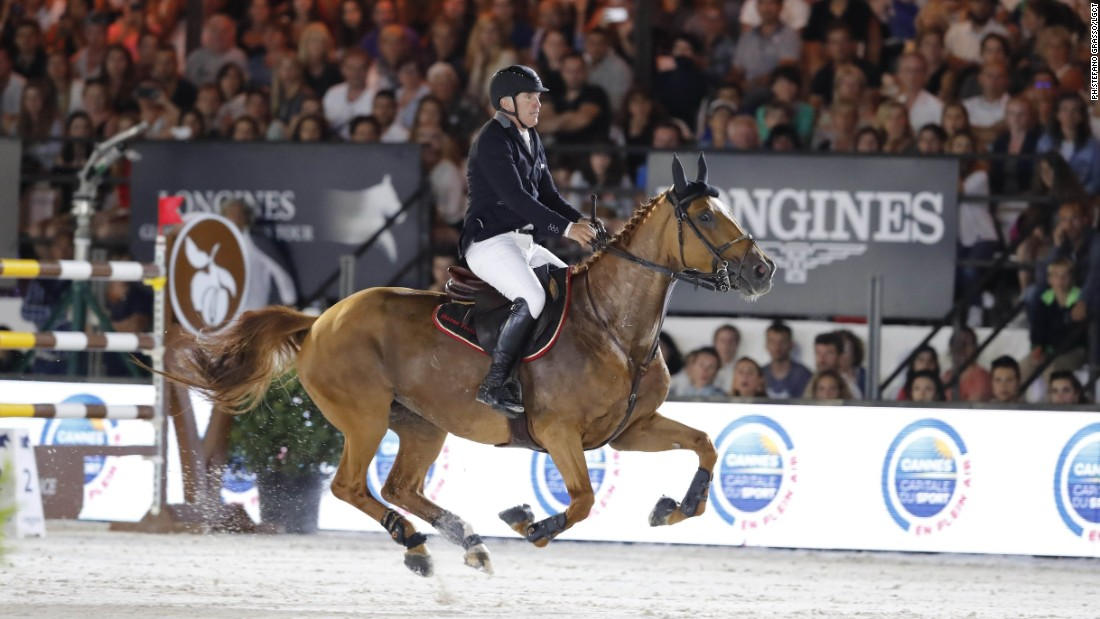 Two-time Cannes Grand Prix champion Roger-Yves Bost was another of the 10 riders to post clear runs. Riding Sydney une Prince, the Frenchman was unable to secure a hat-trick on the Riviera and posted a time of 37.48 seconds to take sixth place.