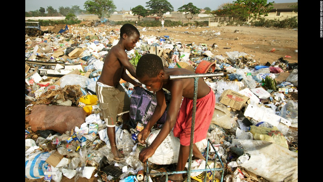 <strong>Angola: </strong>Children collect plastic and cardboard among the trash in Luanda province. Here, more than 10% of children die before their 5th birthdays.