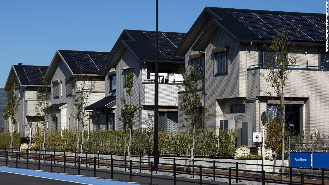The 600 houses and 400 apartments, which can accommodate 3,000 people, are equipped with solar panels to provide clean and carbon-free energy. The engineers predict a 70% reduction in CO2 emissions. The leaf-inspired road layout also channels wind which reduces the need for air conditioning in hot weather.