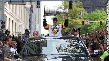 PITTSBURGH, PA - JUNE 14:  Sidney Crosby #87 of the Pittsburgh Penguins hoists the Stanley Cup during the Victory Parade and Rally on June 14, 2017 in Pittsburgh, Pennsylvania. (Photo by Justin Berl/Getty Images)