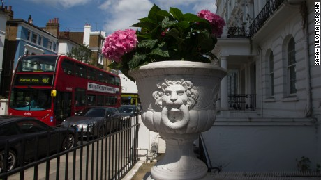 An ornate plant pot adorns the front of a home in the Notting Hill neighborhood.
