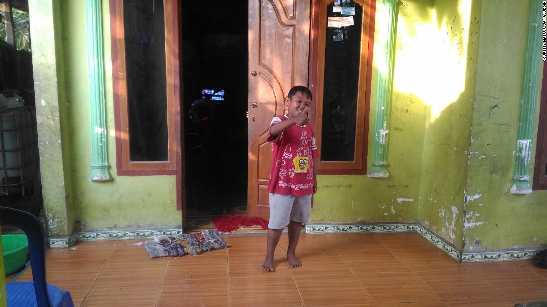 Aldi (8) berada di rumahnya