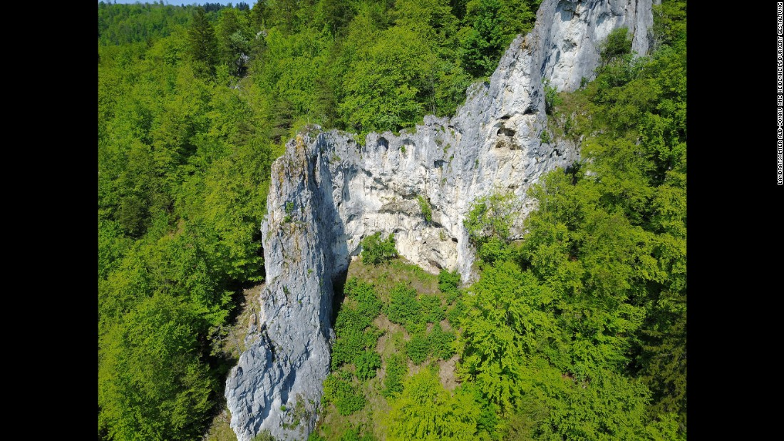 Th Geißenklösterle Cave lies 585 meters above sea level and was excavated by Joachim Hahn between 1976 and 1991. Nicholas Conard continued the work between 2000 and 2002, discovering well-preserved traces of settlements from the Upper Palaeolithic and Neanderthal era.