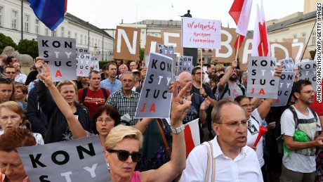 Thousands of Polish protesters call on president to veto judicial bill