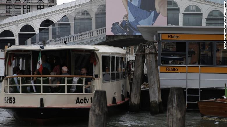 En Venecia, Arial está reemplazando a Helvetica en alguna señalización de Vaporetto, como la palabra Rialto & # 39; aquí.