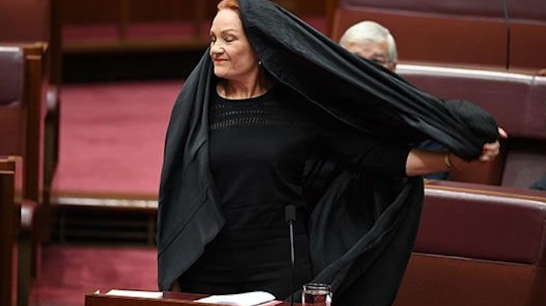 Senator heckled for wearing burqa
