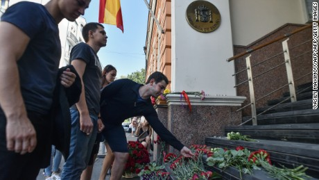 People place flowers to pay tribute to the victims of the Barcelona attack, in front of the Spanish embassy in Moscow on August 18, 2017. / AFP PHOTO / Vasily MAXIMOV        (Photo credit should read VASILY MAXIMOV/AFP/Getty Images)