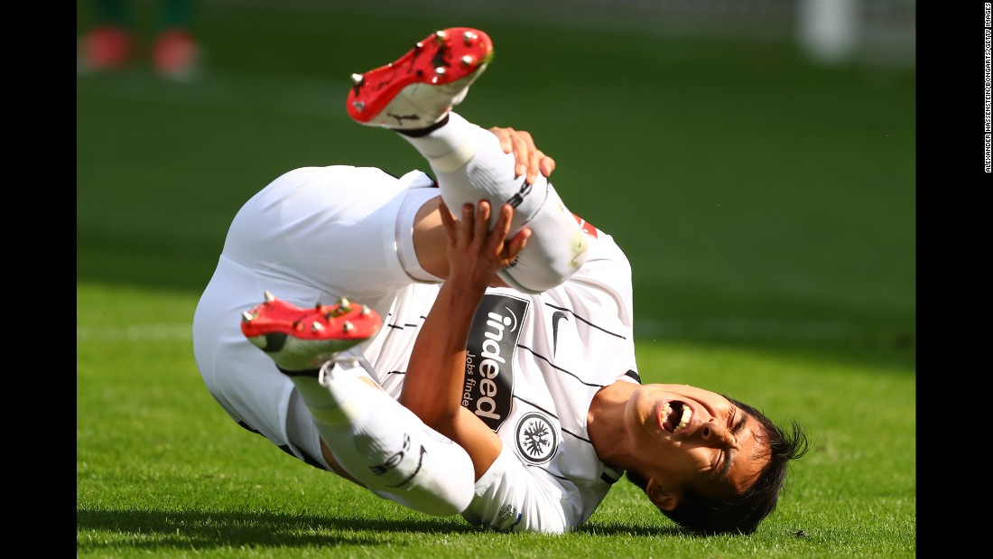 Makoto Hasebe clutches his leg during a German league match in the city of Freiburg im Breisgau on Sunday, August 20. Hasebe, the captain of Eintracht Frankfurt, played all 90 minutes of a 0-0 draw.