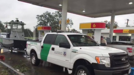 cnnee pkg lkl gustavo valdes largas filas en victoria gasolina houston sin gas harvey_00002817