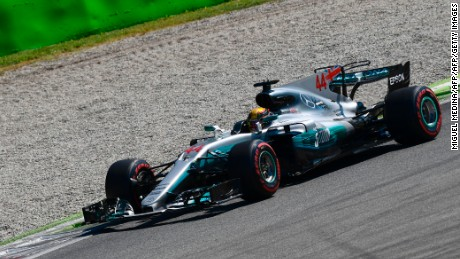 Mercedes' British driver Lewis Hamilton drives ahead at the start of the Italian Formula One Grand Prix at the Autodromo Nazionale circuit in Monza on September 3, 2017. / AFP PHOTO / Miguel MEDINA        (Photo credit should read MIGUEL MEDINA/AFP/Getty Images)