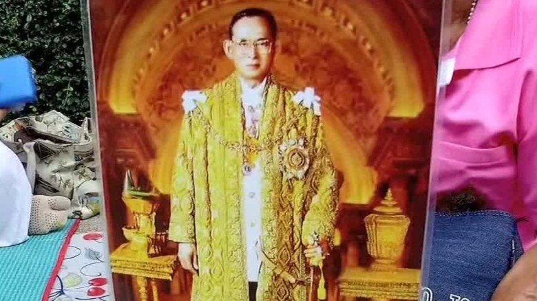 King bhumibol adulyadej thais dress in lucky pink shirts - Lucky color of the day ...