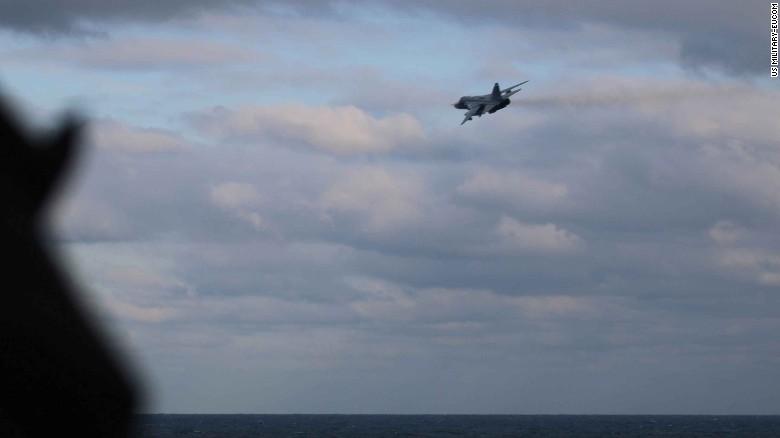 """""""Şaşkın"""" olan iki Rus Su-24 jetinden birinin başka bir görünümü; USS Porter."""