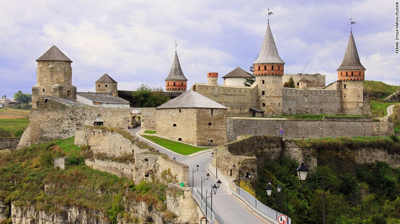 <strong>Kamianets-Podilskyi: </strong>The commanding Kamianets-Podilskyi fortress stands on an island surrounded by a canyon and encircled by the Smotrych River. Photo: Ferad Zyulkyarov/Flickr.