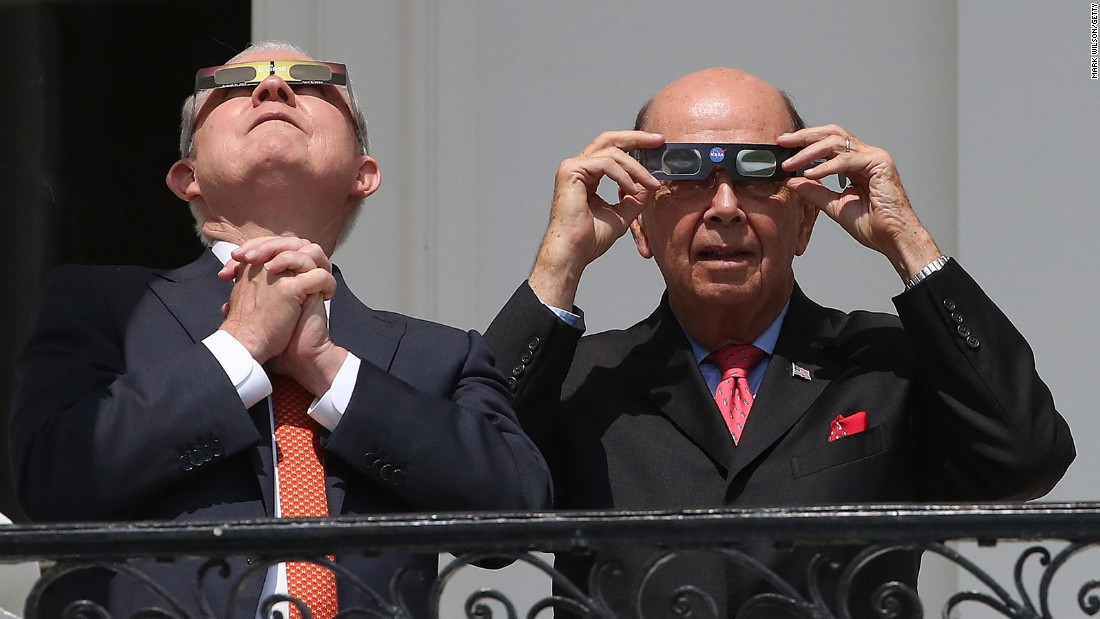Yes, Donald Trump really did look into the sky during the solar eclipse – Trending Stuff